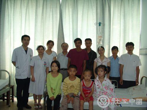 江西省社工协会刘锋(后排左四)秘书长与医生、患儿在一起