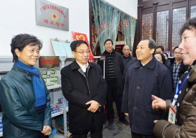 民政部副部长宫蒲光在省市领导陪同下考察广陵区琼花观社区。