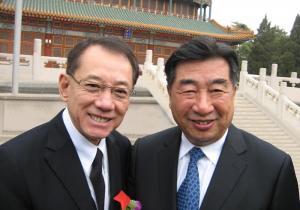 杨受成博士(左)蝉联「中华慈善奖.最具爱心慈善捐赠个人奖」并获回良玉先生(右)亲自接见。