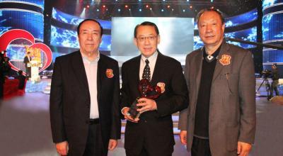 英皇集团主席杨受成博士获「中国十大慈善家」奖后接受全国人大副委员长司马义.艾买提(左)及中国社会工作协会会长徐瑞新(右)热烈祝贺。