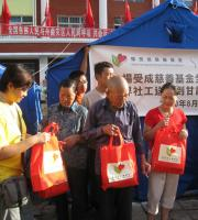 杨受成慈善基金捐出的救灾物资正由无国界社工派到灾民手中