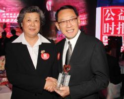 杨受成博士获评选为2012年「中国十大慈善家」,同时荣登「中国慈善排行榜」,并获全国政协副主席张榕明(左)亲切恭贺。