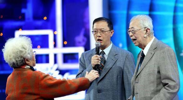 张存浩院士家世_在电视访谈节目中,张存浩院士(右)在妻子迟云霞的指挥下和儿子一起