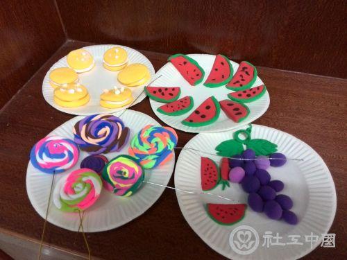 完成了丝网花制作,红火鞭炮制作,水果拼盘,饼干,波板糖等粘土制作.