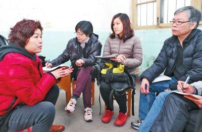 北窑寄养站的社工(左一)与来自香港的浸信会社工进行交流