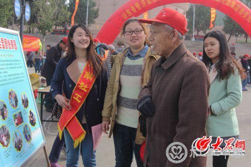 3月18日,参加国际社工日活动的社工介绍养老服务情况 记者 马俊骥 摄