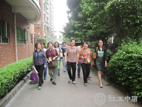 下:评委在景泰街隆康社区进行实地观察