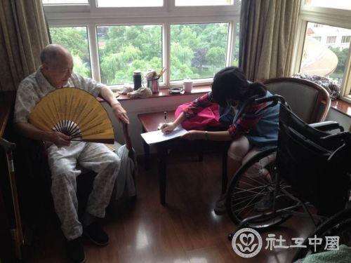 中心的老人在做调查问卷-打印 浙江工商大学法学院暑期社会实践走