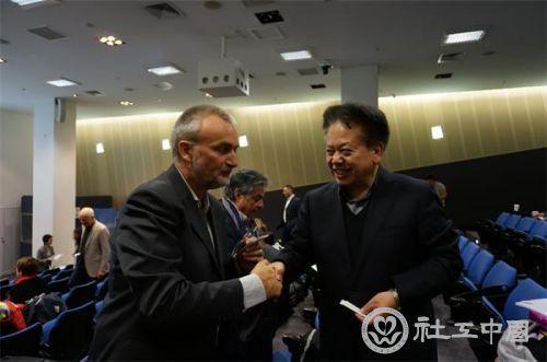 中国社会工作协会赵蓬奇副会长和国际社工联秘书长罗伊.特鲁尔进行交流