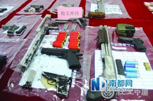 """东莞警方跟踪贩毒团伙挖出""""地下兵工厂"""""""