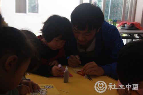 志愿者和小朋友通力合作