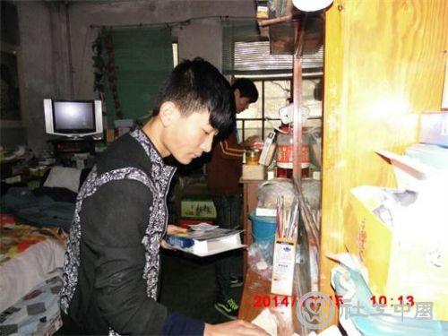 雨之露社工与志愿者在整理清扫 (