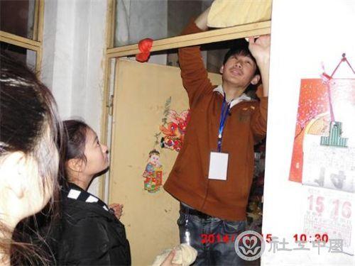 雨之露社工与志愿者在空巢老人家整理清扫 (2)