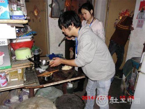 雨之露社工与志愿者在低保户家庭整理清扫