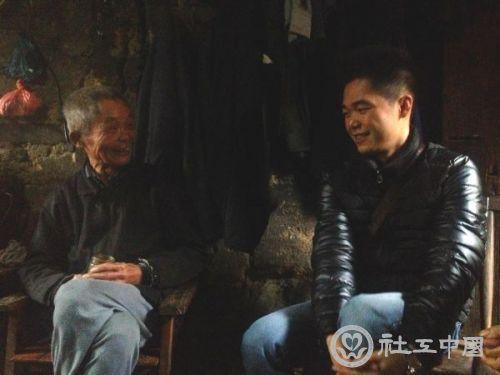 梁佰通与老人聊天。西江日报记者邓静摄