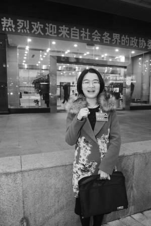 """昨天下午,市政协十四届委员里最年轻的""""85后""""社工黎丽接受记者采访。记者龚国荣摄"""