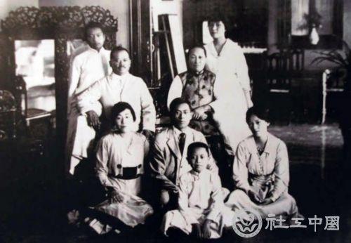 宋庆龄与家人的合影.