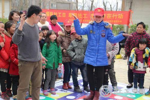 游戏区:儿童真人版飞行棋挑战赛正在进行中