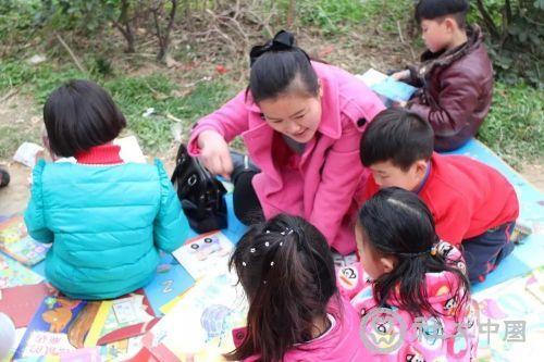 阅读区志愿者与儿童分享童话故事