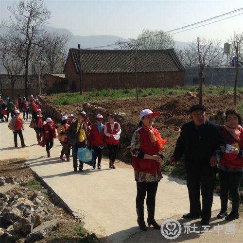 雨之露岗位社工带领红会志愿者走进乔家大院