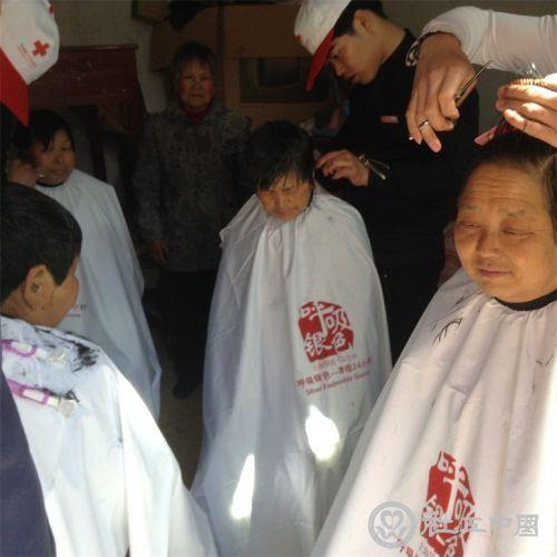 上海银色之美志愿者在为老人义剪
