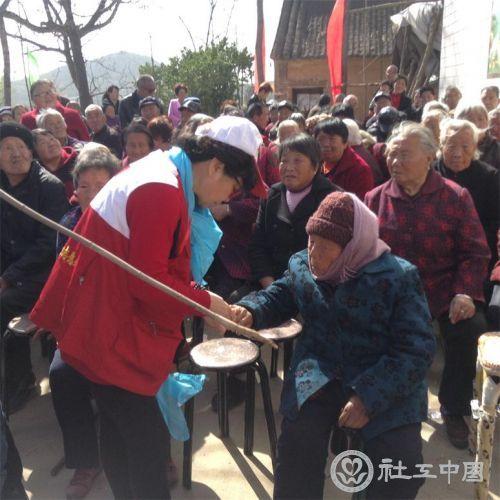 红会志愿者在为老人修指甲