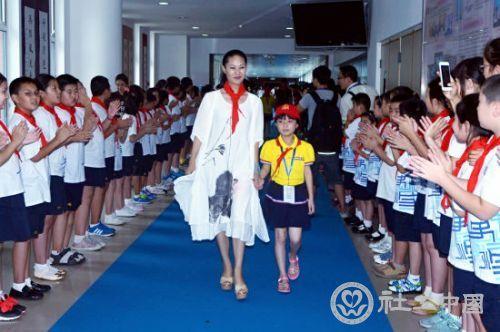 """百位明星关注留守儿童公益行动""""爱心起航"""""""