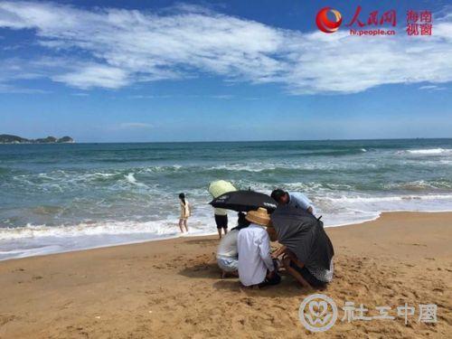 海南万宁村民自发救助岸边搁浅海豚