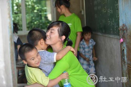 留守儿童最需要的是爱和陪伴。北京邮电大学的大学生志愿者四川支教时紧紧拥抱孩子