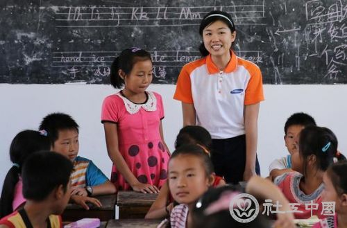 不像城里的孩子,农村孩子没有上过英文。来自传媒大学的大学生志愿者在江西吉安市遂川县巾石乡罗文村教孩子英语