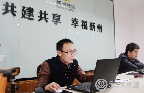 """两台电脑,两名""""全能社工"""",5000余居民的社区行政盖章全部搞定。"""