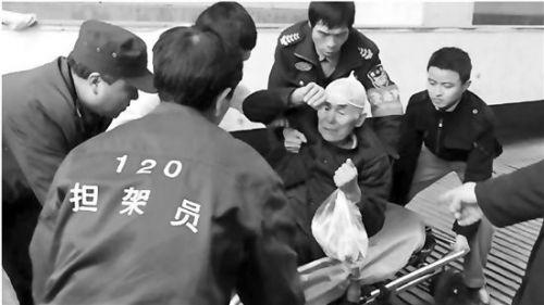看见老人摔倒,你扶不扶?开发区白杨街道云水苑小区的居民、工作人员和保安,用行动给出了答案:当然要扶。