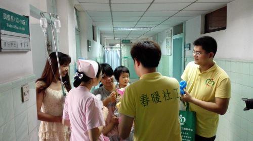 社工与护士病房送关爱行动