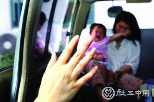 在救助站一个多星期后,流浪母女将安全回家。