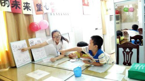 社工和孩子在讲着画里的故事