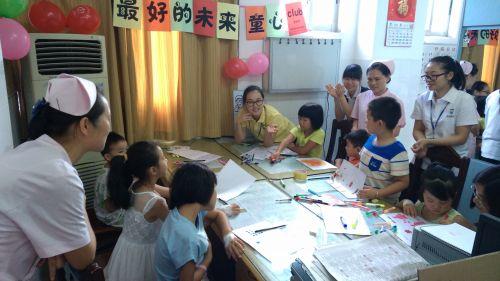 社工鼓励孩子分享自己画里的故事