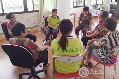 老人志愿者跟着社工一起开展服务后的分享心得活动