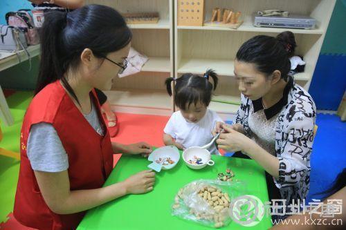 志愿者带领家长和孩子互动