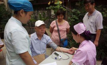 全国爱牙日社区社工开展维护口腔健康活动
