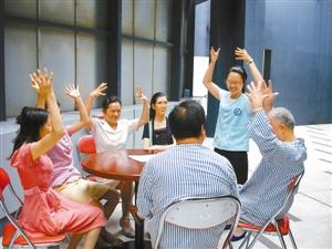 深圳医务社工为病患者家属开设情感支持小组。