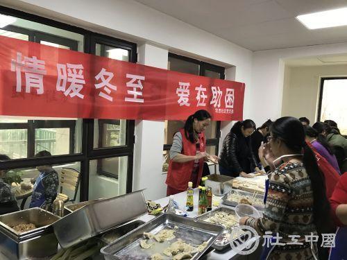 社区工作者和志愿者一起包饺子