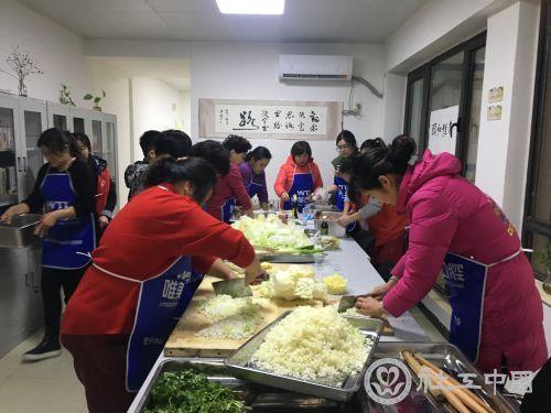 社区工作者和志愿者准备包饺子材料
