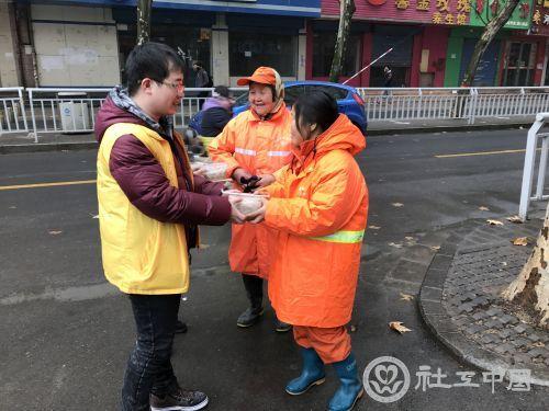社区工作者给环卫工人送饺子