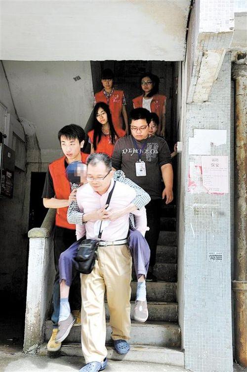 孙科(背人者)参与其中一次援助时的场景。