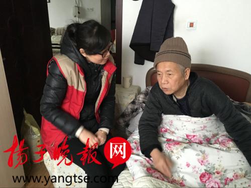 黄巷街道丰涵社区社工蒋京燕在进行心理疏导服务。 王慧 摄