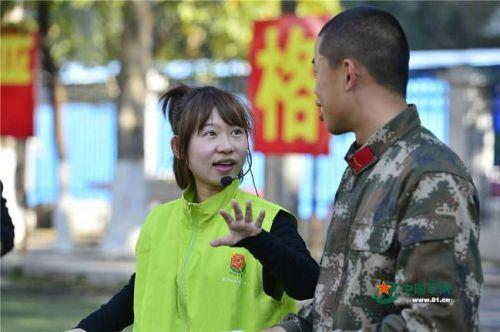 社工服务中心的刘宇引导战士们开展历奇游戏,一起分享心得。