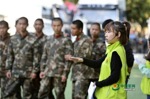 社工服务中心的刘宇引导战士们开展历奇游戏。