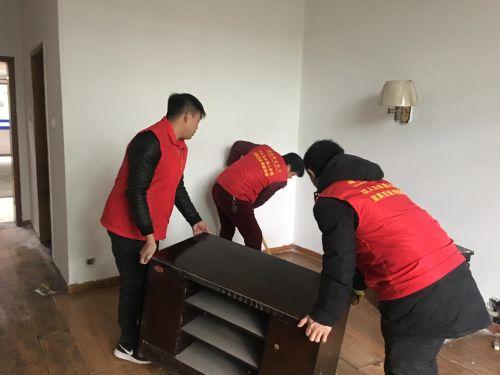 志愿者搬抬桌椅