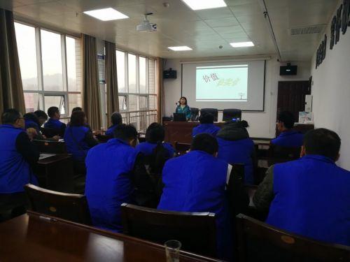 图为社工为社区服刑人员进行心理健康教育