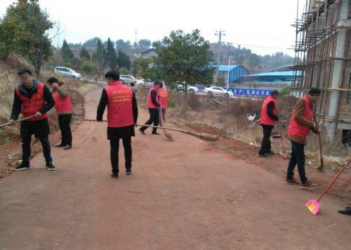 图为志愿者们正在打扫敬老院出入道路